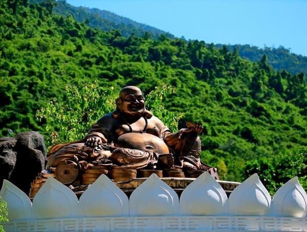 Kinh nghiệm du lịch Núi Thần Tài: Tượng phật Di Lặc ở Núi Thần Tài