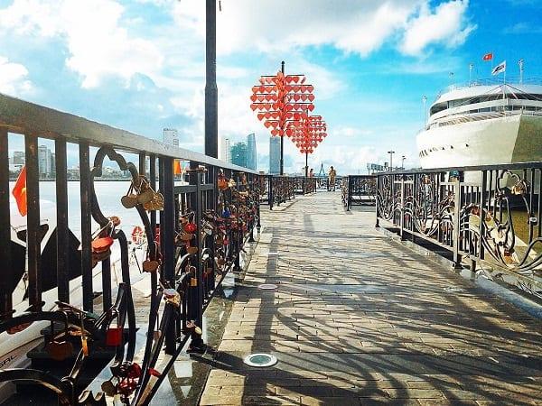Du lịch Đà Nẵng có gì chơi ? Treo ổ khóa tại Cầu Tình yêu Đà Nẵng