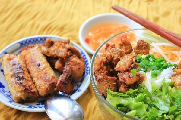 Bún thịt nướng Phú Hồng/ quán bún thịt nướng nổi tiếng, đông khách ở Đà Nẵng