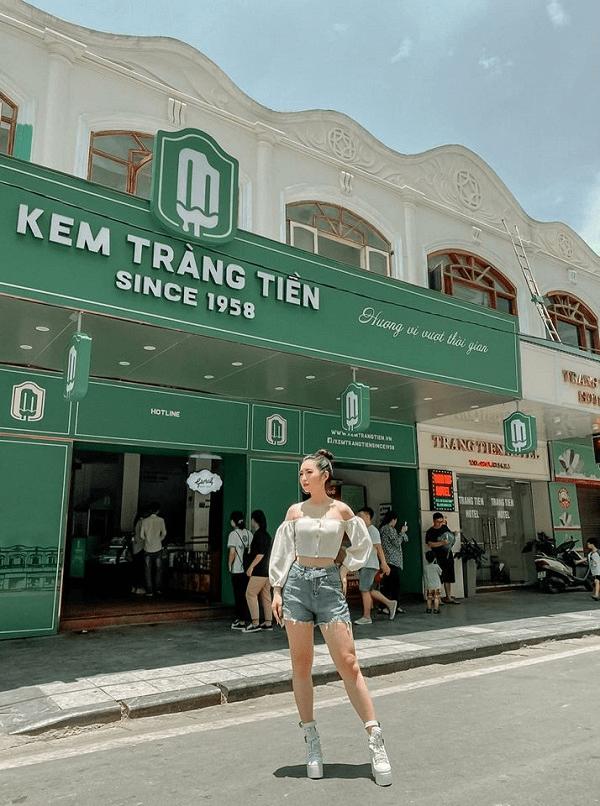 Quán kem Tràng Tiền Hà Nội có gì nổi bật? Không gian bên ngoài cửa hàng kem Tràng Tiền