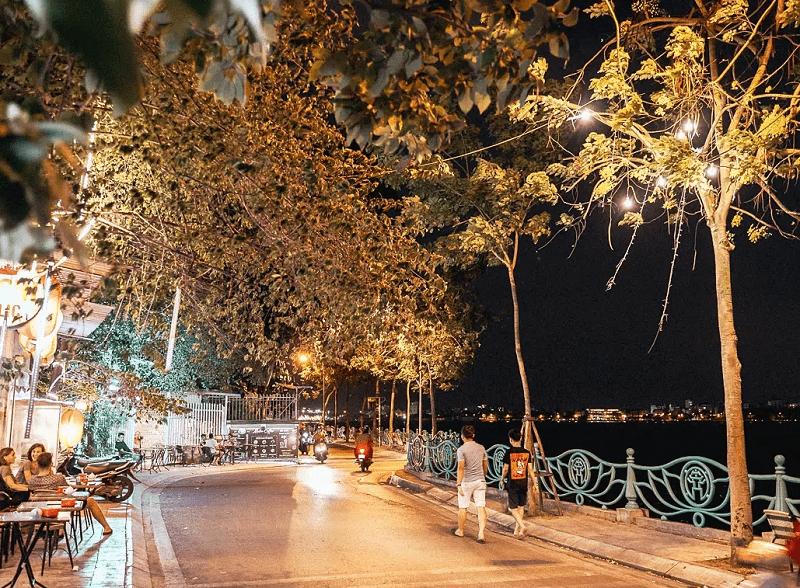 Hồ Tây, địa điểm vui chơi ở Hà Nội về đêm lãng mạn nhất