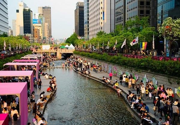 Đến Seoul nên đi đâu chơi? Đi bộ dọc theo suối nhân tạo Cheonggyecheon
