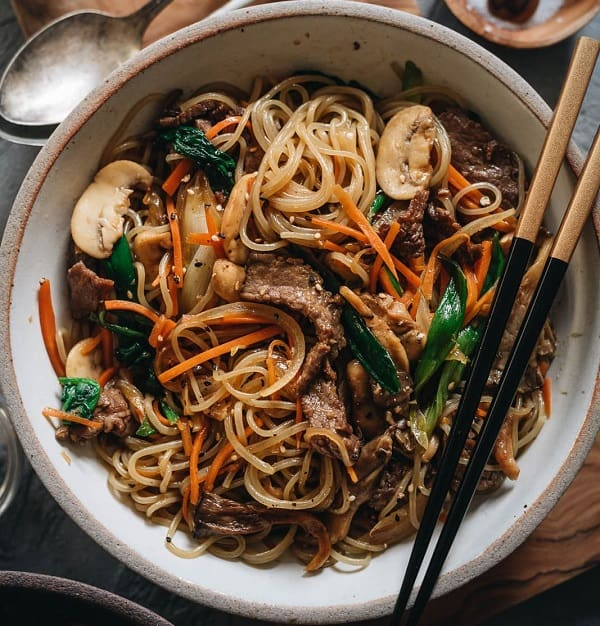 10 món ăn Hàn Quốc không cay ngon, nổi tiếng: Japchae - món mỳ không cay Hàn Quốc