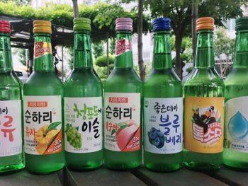 Du lịch Busan Hàn Quốc nên mua gì về làm quà? Rượu Soju. Món quà ý nghĩa ở Busan dành cho bố