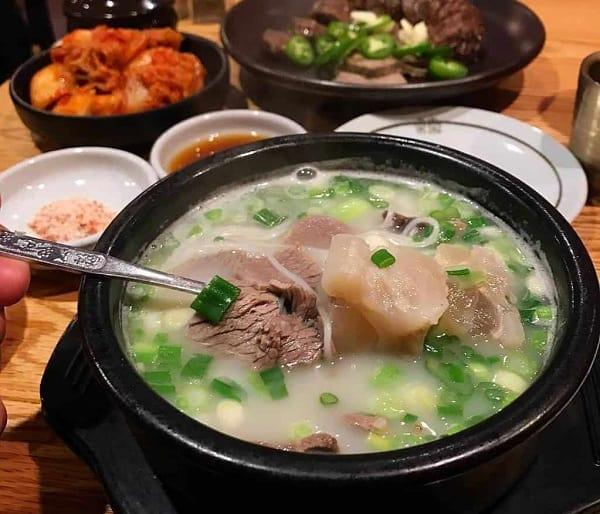 Du lịch Hàn Quốc nên ăn gì? Đặc sản súp xương bò hầm Seolleongtang Hàn Quốc