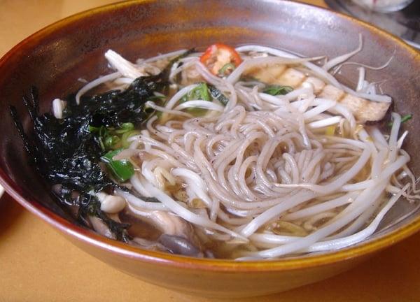 Du lịch Jeju Hàn Quốc nên ăn gì ngon? Mì kiều mạch (Memil Guksu)