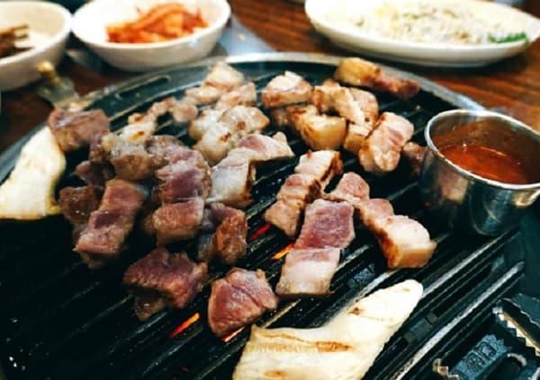 Du lịch Jeju Hàn Quốc nên ăn gì ngon? Thịt heo đen, món ăn độc đáo ở Jeju