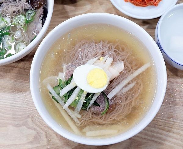 Hàn Quốc có món ăn đặc sản nào ngon? Nên ăn gì khi du lịch Hàn Quốc? Mì lạnh Naengmyeon