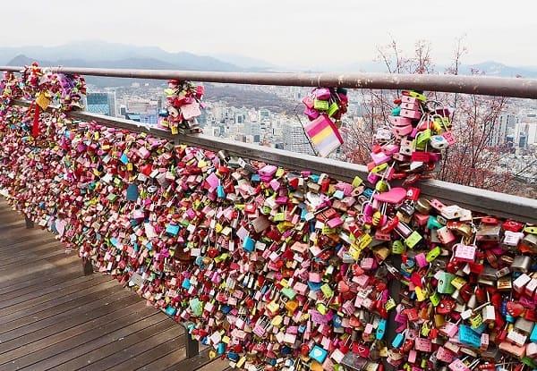 Tháp N Seoul có gì hấp dẫn? Hàng rào khóa tình yêu ở tháp N Seoul