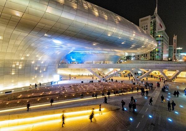Dongdaemun Design Plaza có gì thú vị? Check in với không gian bên ngoài Dongdaemun Design Plaza