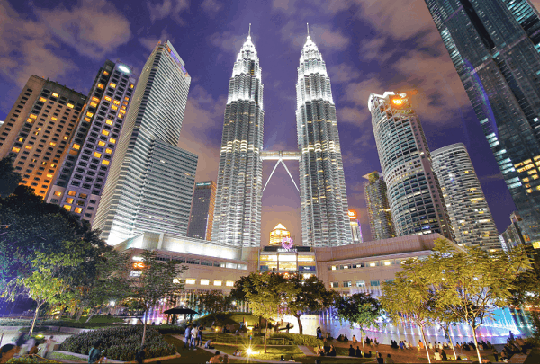 Địa điểm chụp ảnh đẹp ở Kuala Lumpur, chụp tháp đôi Petronas từ công viên KLCC