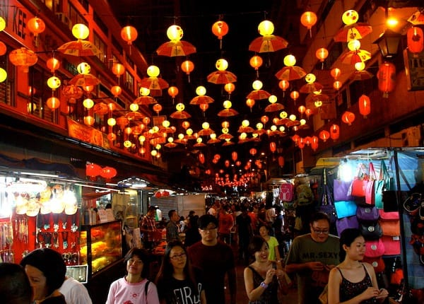 Địa điểm chụp hình đẹp ở Kuala Lumpur, phố Petaling Street khi trời tối