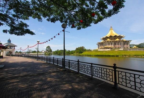 Du lịch Kuching nên đi chơi ở đâu? Đi dạo bờ sông Kuching là một câu trả lời hay cho bạn