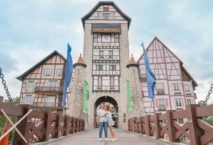 Review làng Pháp Colmar Tropicale, cây cầu dẫn lên lâu đài ở Colmar Tropicale