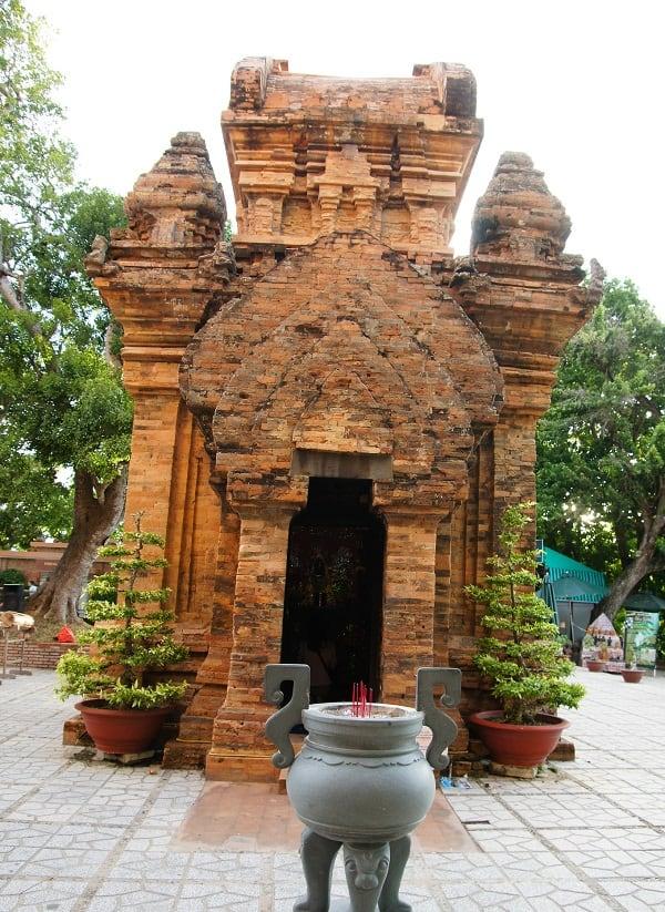 Kinh nghiệm du lịch Tháp Bà Ponagar: Địa điểm tham quan ở Tháp Bà Ponagar