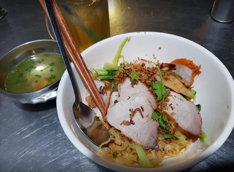 Quận 1 có gì ăn? Ăn gì ở quận 1 Sài Gòn? Mì khô xá xíu Cô Giang
