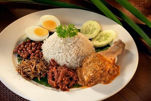 Nasi Lemak - món ăn trưa và ăn tối đặc trưng ở Singapore