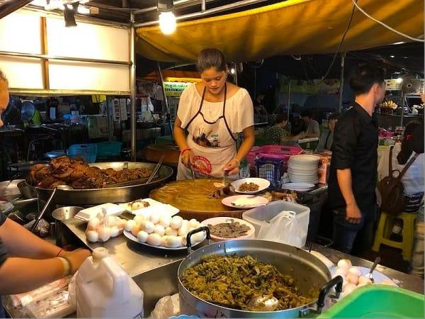 Kinh nghiệm du lịch Chiang Mai, nên thưởng thức đồ ăn ở Quán ăn Cowboy Hat Lady