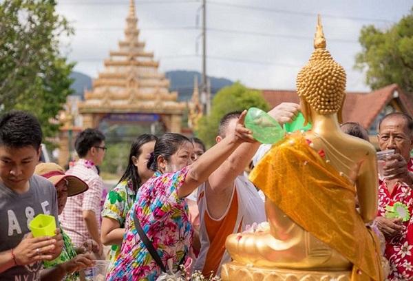 Lễ hội té nước Thái Lan: Hình ảnh người dân té nước hoa nhài trong mùa lễ hội té nước tại Chiangmai