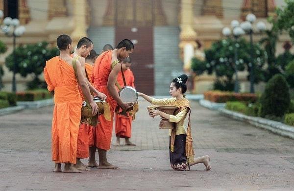 Những lưu ý tối kỵ khi du lịch Thái Lan. Phụ nữ không được chạm vào nhà sư