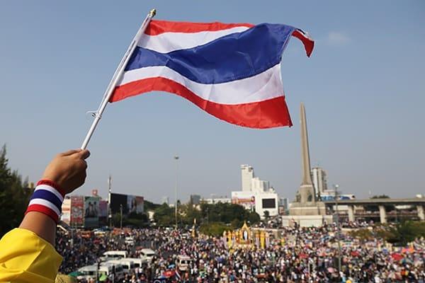 Những lưu ý quan trọng nào khi đến du lịch Thái Lan? Tôn trọng quốc kỳ đất nước Thái