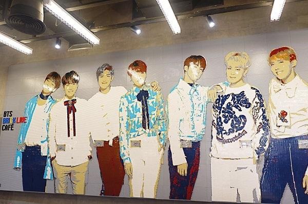 BTS Brick Live Cafe có một Bức tranh ghép bằng lego các thành viên nhóm BTS