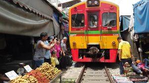 Khu chợ đường ray Maeklong nổi tiếng nhất Thái Lan. Các gian hàng hoa quả tươi