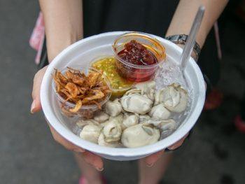 Món ăn vặt ở Bangkok nên thử: Hàu sống