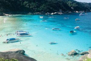 Bãi biển Mai Khao lớn nhất ở Phuket. Một bãi biển đẹp ở Thái Lan