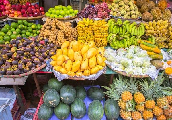 Các sạp bán trái cây của Thái Lan được bày bán khắp mọi nơi
