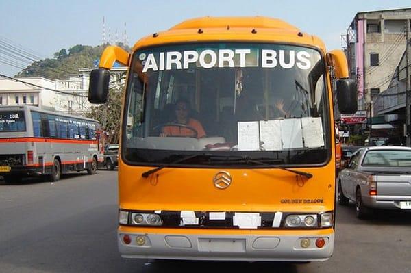 Cách đi từ sân bay Phuket đến thị trấn bằng xe bus sân bay
