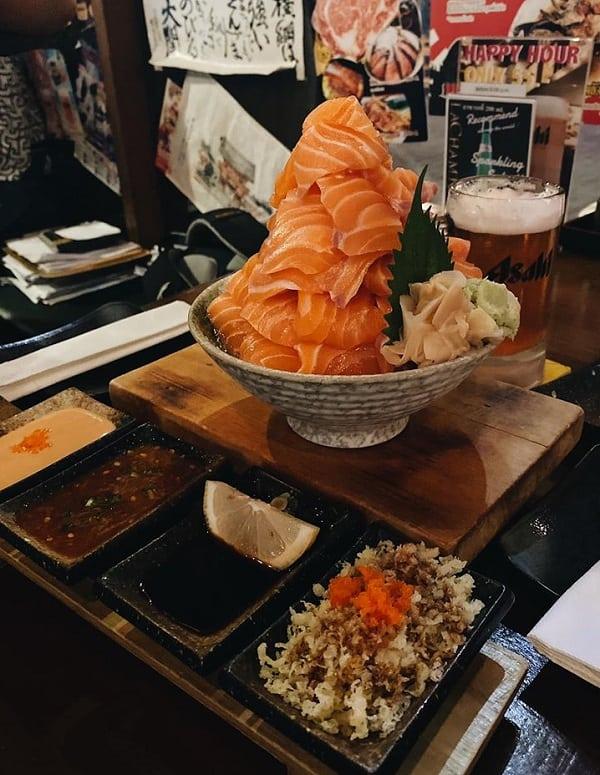 Làm gì khi du lịch Bangkok, ăn tháp cá hồi ở Ebisu sushi Ekkamai